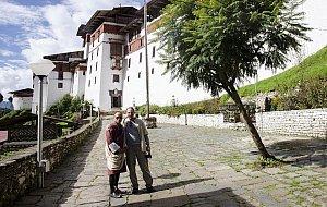 Jan D. s průvodcem u hradu Trongsa